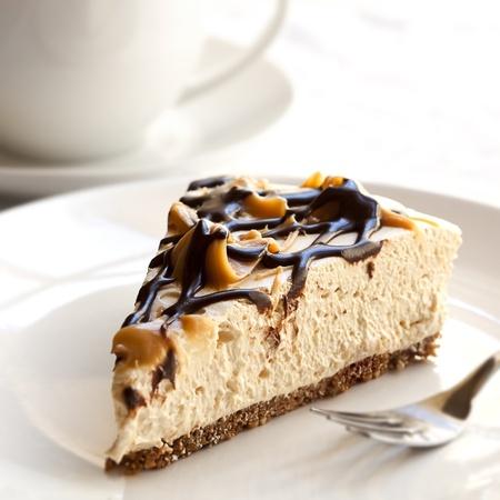 slice cake: Caramel e cheesecake al cioccolato con una tazza di caff�