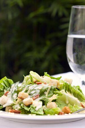 ensalada cesar: Ensalada César, que se sirve en un jardín saludable comer al aire libre Foto de archivo