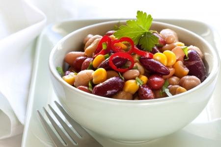 Trois salade de haricots et de maïs au piment régime végétarien délicieux
