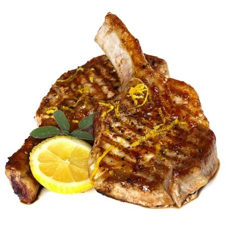 Braciole di maiale alla griglia con salvia e limone, isolato su sfondo bianco