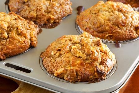 magdalenas: Nuez y pl�tano magdalenas en una bandeja para hornear. Comida deliciosa y saludable. Foto de archivo