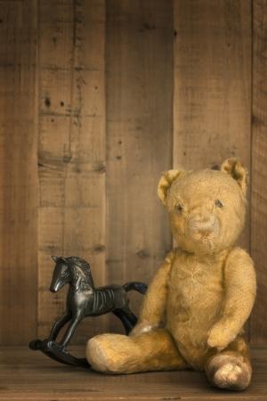 oso de peluche: Vintage oso de peluche con caballito de madera, el estante de madera