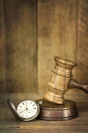 conflictos sociales: Tiempo y reloj de bolsillo antiguo concepto de justicia con el mazo de madera, con fondo de madera Alta efectos del grunge