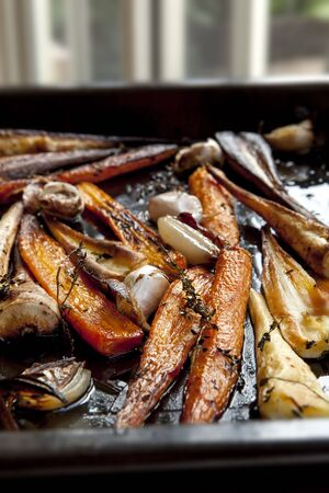 root vegetables: Ortaggi a radice torrefazione con timo, aglio e scalogno, carote in teglia e pastinaca Archivio Fotografico
