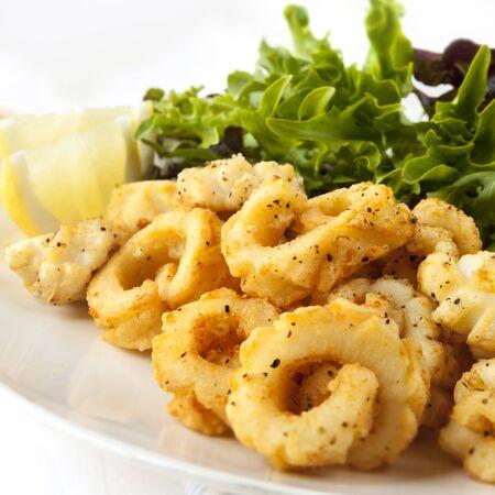 calamar: Sal y pimienta calamares con ensalada verde fresca Foto de archivo