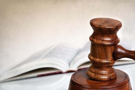 Wooden gavel mit unscharfen Gesetz Buch hinter Lots of copy-space Lizenzfreie Bilder