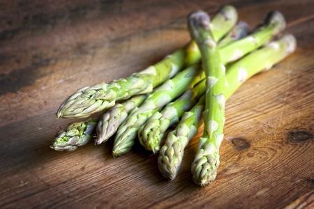 asperges: Asperges op rustieke houten Vers gezond eten
