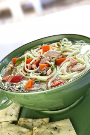chicken noodle: Chicken noodle soup with crackers