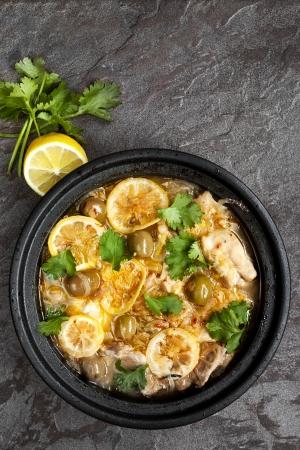 Kippenbraadpan met citroen, olijven en koriander Gekookt in traditionele tajine