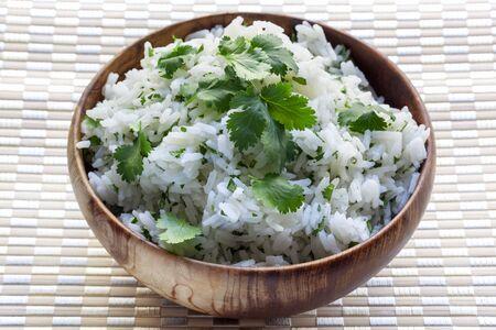 cilantro: Arroz blanco con cilantro o culantro, en un tazón de madera