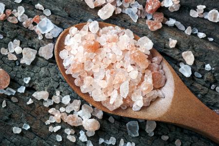 cuiller�e: Cuiller�e de sel rose de l'Himalaya roche, plus de bois de construction. Banque d'images