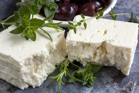 queso de cabra: Queso feta con aceitunas negras y hierbas frescas. Foto de archivo