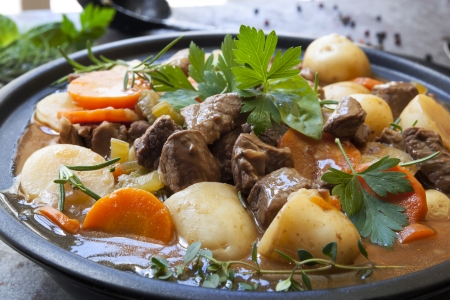 stew: Irish stew, made with lamb, stout, potatoes, carrots and herbs  Stock Photo