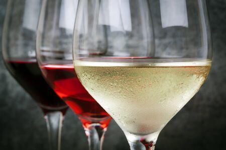 ホワイト、ローズ、赤ワインのグラス。 前景に焦点を当てます。