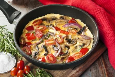 野菜オムレツは、フライパンでこんがり調理します。 キノコ、ピーマン、赤ちゃん梅、トマト、赤玉ねぎ。