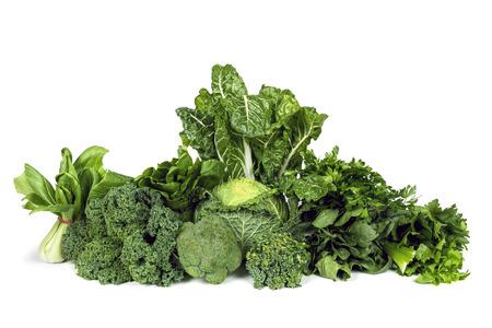 broccoli: Verscheidenheid van groene bladgroenten op een witte achtergrond.