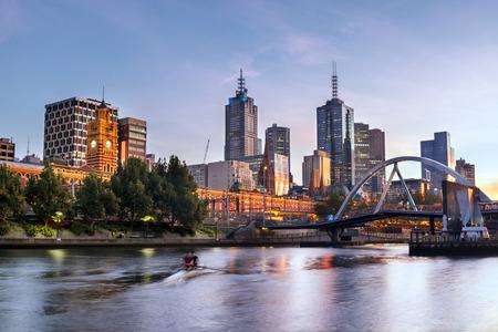 멜버른, 호주, 이른 아침 빛. 플린 더스 스트리트 역으로 야라 강 (Yarra River).