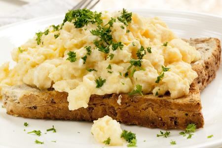 huevos revueltos: Huevos revueltos en tostada, con guarnición de perejil.