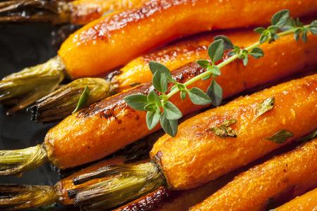 Geröstete Baby-Karotten mit Thymian garniert.