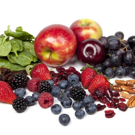 frutas deshidratadas: Los alimentos ricos en antioxidantes, sobre fondo blanco.