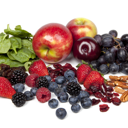 frutos secos: Los alimentos ricos en antioxidantes, sobre fondo blanco.