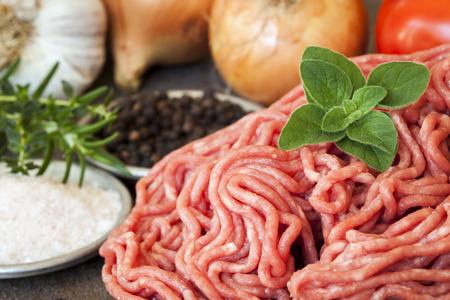 carne picada: Carne picada cruda con hierbas frescas y especias, la cebolla, el ajo y los tomates.