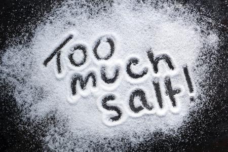 """과도한 소비에 대한 경고 단어 """"너무 많은 소금""""."""