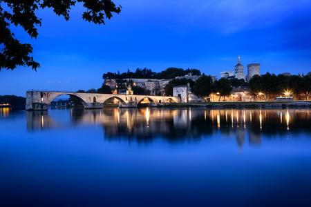 Avignon Bridge, France, viewed at night.  With the Papal Palace. Stockfoto