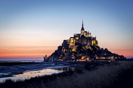 Mont 聖者 Michel、フランス。 鮮やかな夕焼けの色。