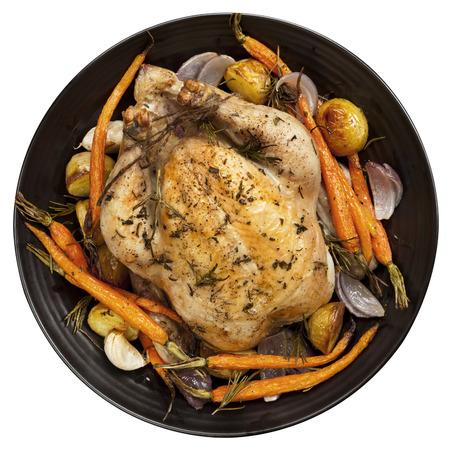 흰색에 고립 된 검은 접시에 구운 닭고기 저녁 식사. 평면도. 스톡 콘텐츠