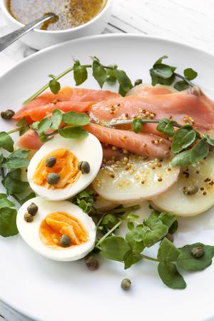 salmon ahumado: Ensalada de salmón ahumado con huevo, papa, berros y alcaparras. Con aderezo de mostaza de grano entero.