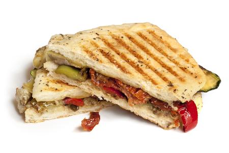 グリル野菜のフォカッチャ、パニーニは、白で隔離。 おいしいヘルシーなサンドイッチ。 写真素材