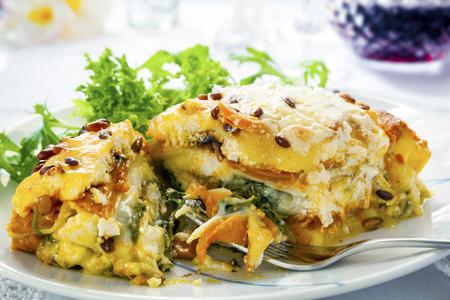 채식 라자 냐 또는 라자 냐. 고구마, 호박, 시금치, 소나무 견과류로 만들어졌습니다.