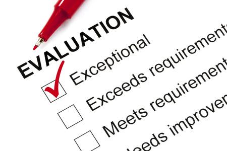 """evaluacion: formulario de evaluación marcado como """"excepcional"""" con lápiz rojo. Foto de archivo"""