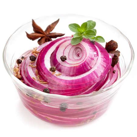 cebollas: Escabeche cebollas rojas con especias y hierbas. Aislado en blanco.