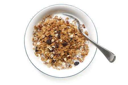 petit dejeuner: Bol de céréales avec une cuillère, isolé sur blanc. Vue aérienne.