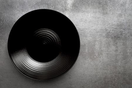 회색 슬레이트 위에 검은 접시 라운드 빈. 공중보기, 복사 공간입니다.