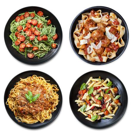 화이트 절연 검은 접시에 식사의 파스타 콜라주. 오버 헤드보기입니다. 스파게티, fettucine, 펜 및 리본을 포함합니다. 스톡 콘텐츠