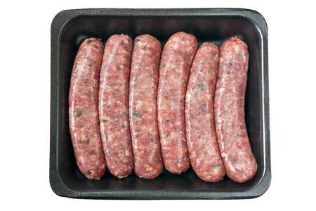 saucisse: Saucisses crues sur le plateau de styromousse, isolé sur blanc.