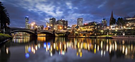 Melbourne, Australië, 's nachts. Yarra River en Princes Bridge. Stockfoto - 53777748