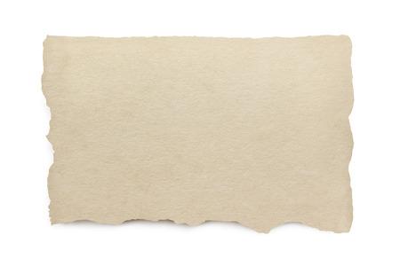 Gescheurd papier met het knippen van weg. geïsoleerd op wit met zachte schaduw.