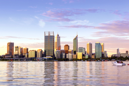 Perth, Western Australia.  City skyline over Swan River at sunset. Banque d'images