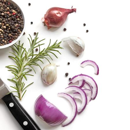 食品背景トップ ビュー、赤玉ねぎ、ローズマリー、ニンニク、胡椒、白で隔離で。