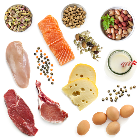 Food sources of protein, isolated, top view.  Includes meat, fish, dairy, beans, nuts and seeds. Stockfoto