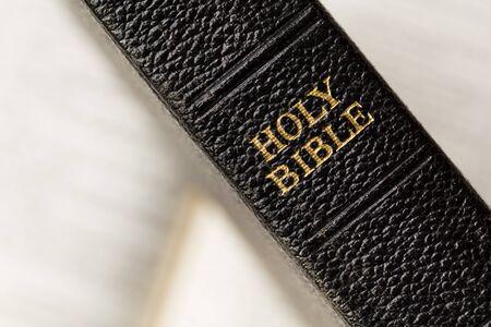 vangelo aperto: Vecchia biblioteca biblica santa su un libro aperto offuscata.