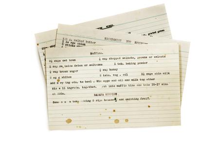 Anciennes recettes tapées sur des fiches, isolés sur blanc.