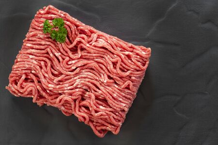 Raw ground beef, top view, on slate. Stockfoto