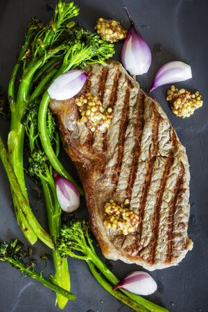 Grilled Steak with Broccolini Shallots and Wholegrain Mustard Top View Stockfoto