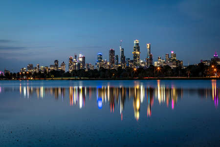 Melbourne, Australia.  Skyline at night over Albert Park Lake.  2020 image with new skyscrapers. Stockfoto
