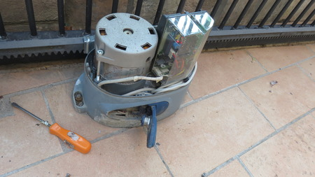 técnico de reparaciones de motor de puerta de barrera Foto de archivo